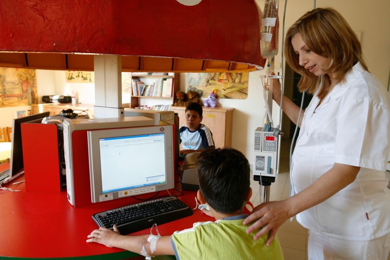 Şcoală în spital pentru elevii bolnavi. Noul program îi va ajuta pe copiii cu probleme medicale să aibă parte de educație
