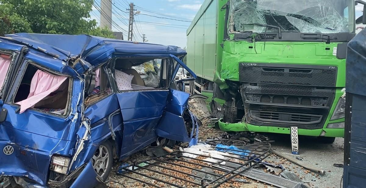Familie spulberată de un camion în Dej, după ce tatăl a intrat cu maşina pe contrasens. Mama şi fiica, rănite grav