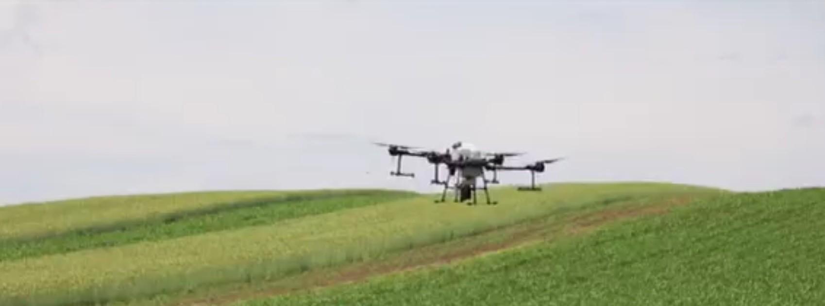 Agricultură hi-tech. Românii îşi lucrează pâmânturile cu ajutorul dronelor
