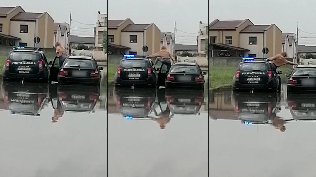 """Momentul în care o tânără din Chiajna este salvată din mijlocul inundațiilor de către polițiștii locali: """"O salvează. Fii atent că intră pe geam"""""""