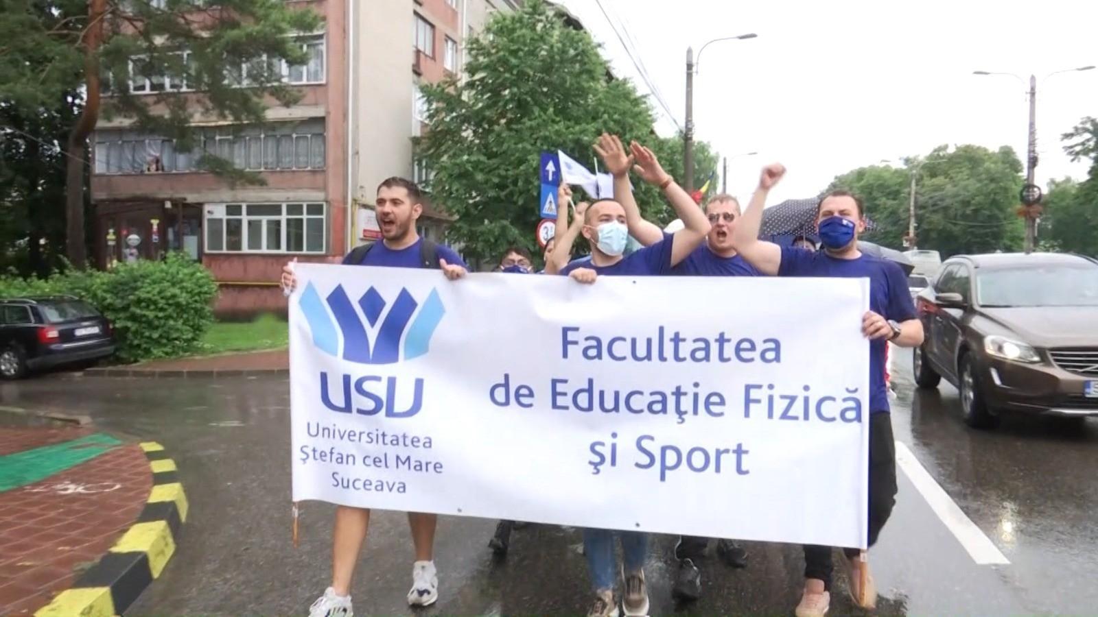 Explozie de bucurie la primul marș al absolvenților din Suceava, organizat după începutul pandemiei