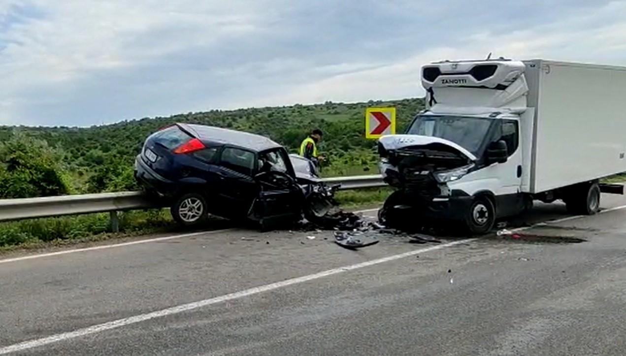 Un șofer beat și fără permis s-a urcat cu mașina pe un parapet, după ce a lovit o dubă pe contrasens, în Tulcea
