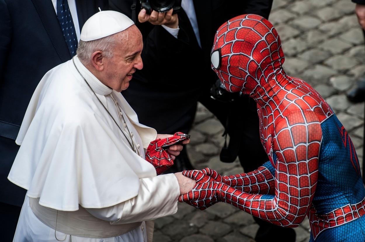 """""""Spiderman"""" l-a întâlnit pe Papa Francisc, la Vatican. Super-eroul i-a oferit suveranului pontif o mască specială"""