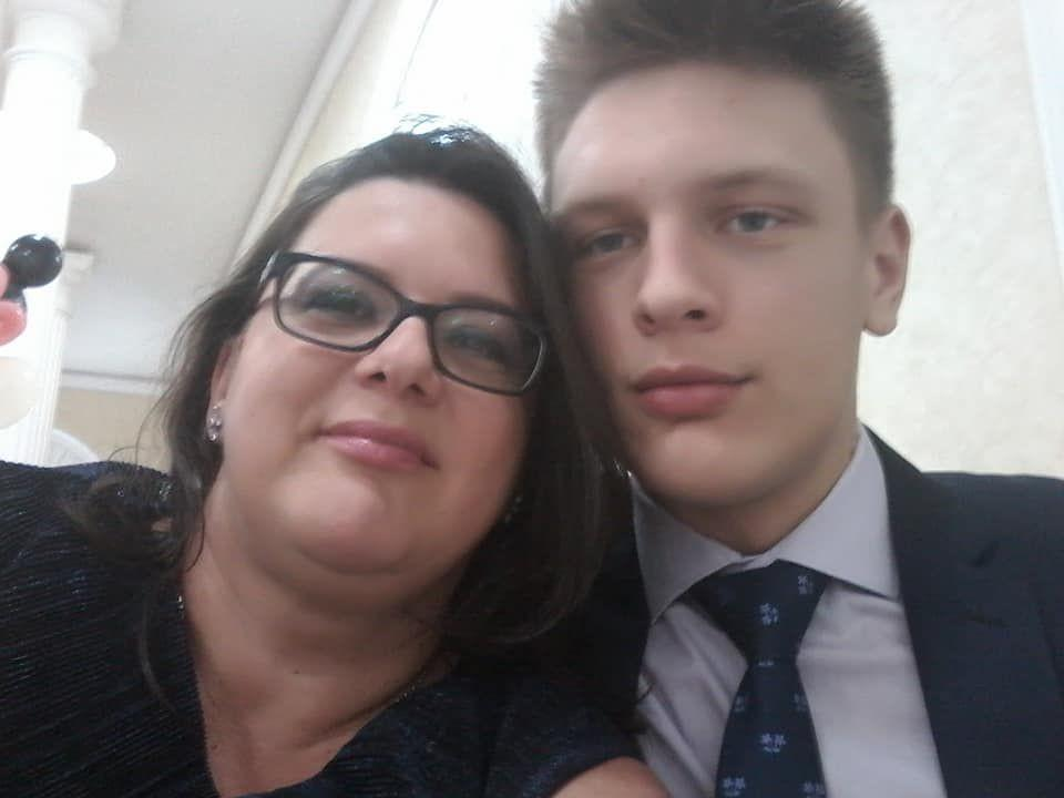 """Mama găsită moartă în casă, la Constanța, lângă fiul ei spânzurat, ar fi făcut infarct. Băiatul a lăsat un ultim mesaj pe Facebook: """"Jocul s-a sfârșit!"""""""