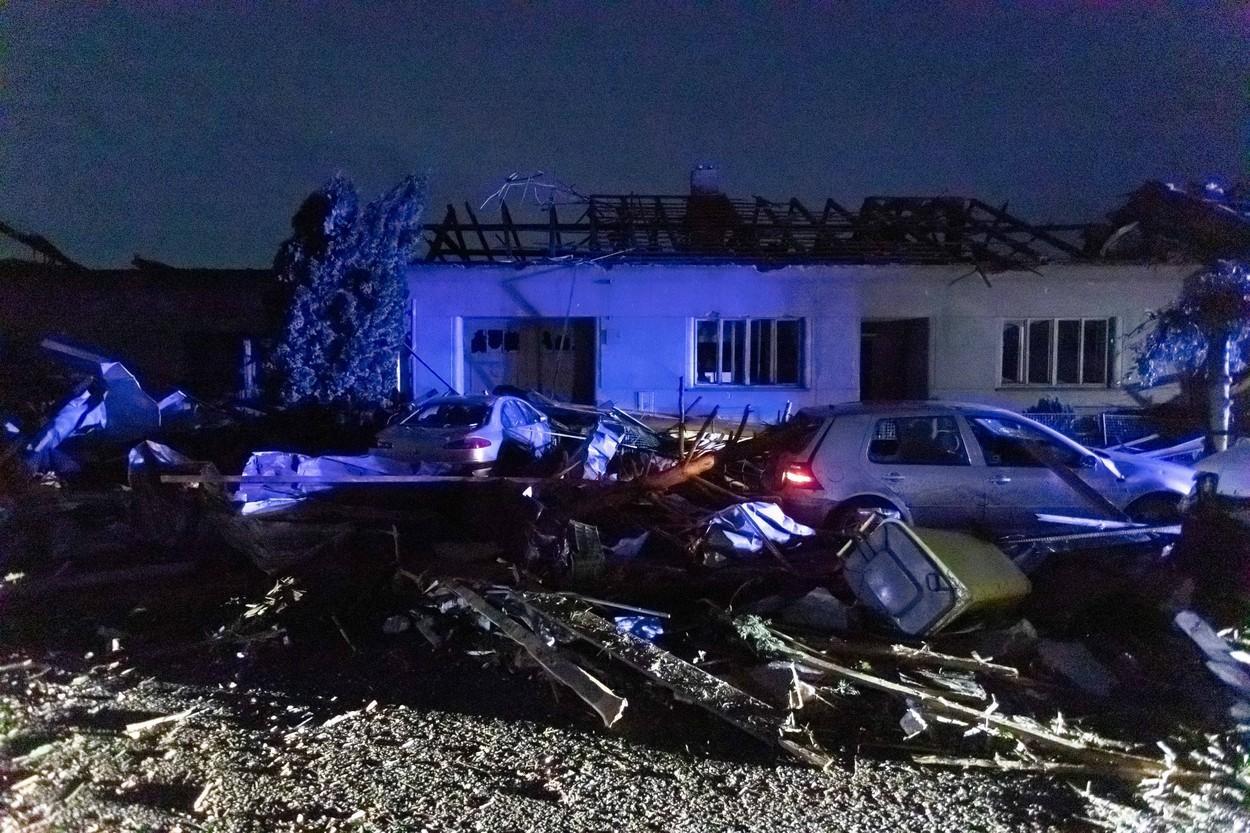"""Imaginile dezastrului, după tornada devastatoare din Cehia: """"Parcă a venit Apocalipsa. Era sânge peste tot"""" - GALERIE FOTO"""