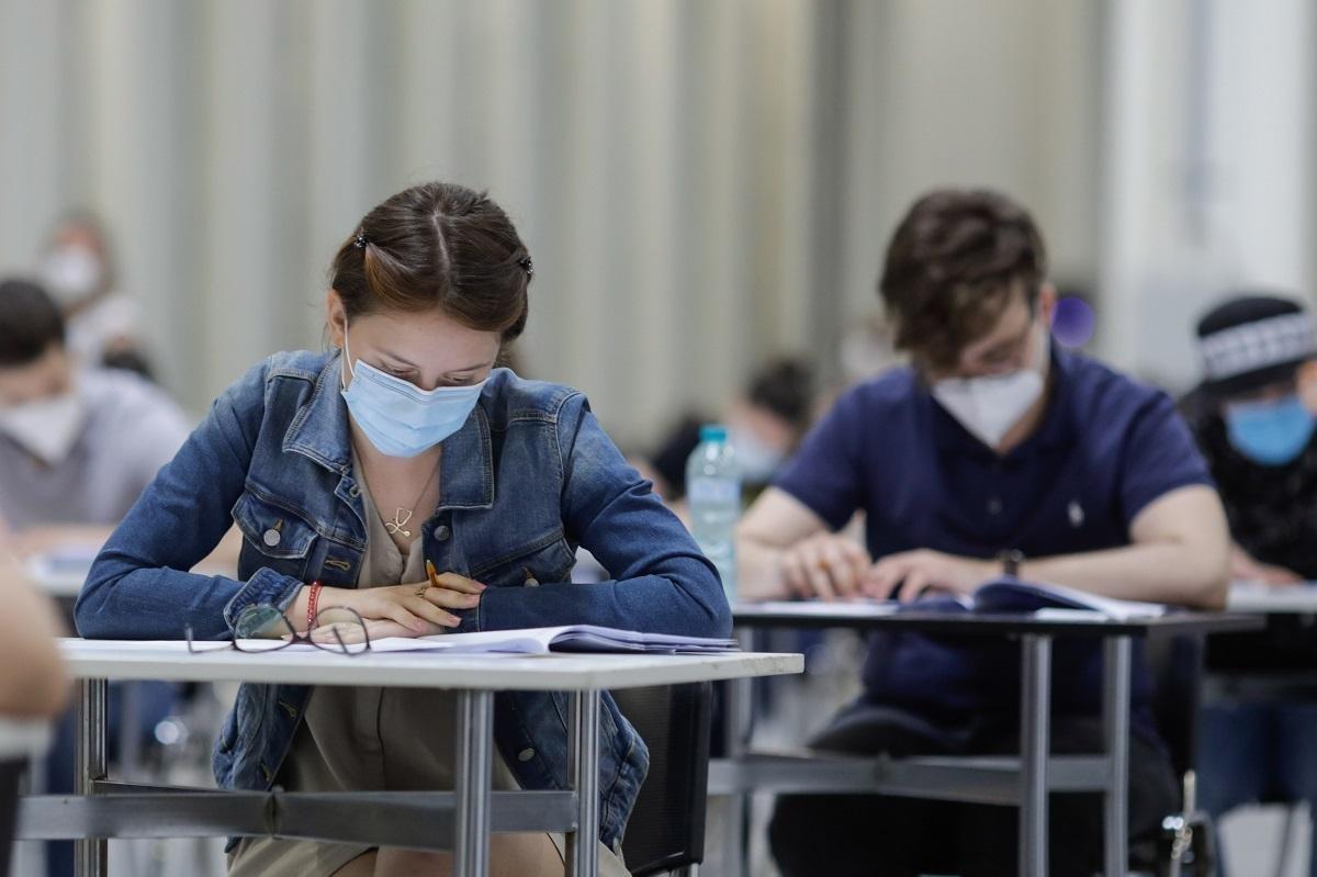 Începe examenul de Bacalaureat 2021. Peste 130.000 de absolvenţi de liceu susţin astăzi proba scrisă la Limba română