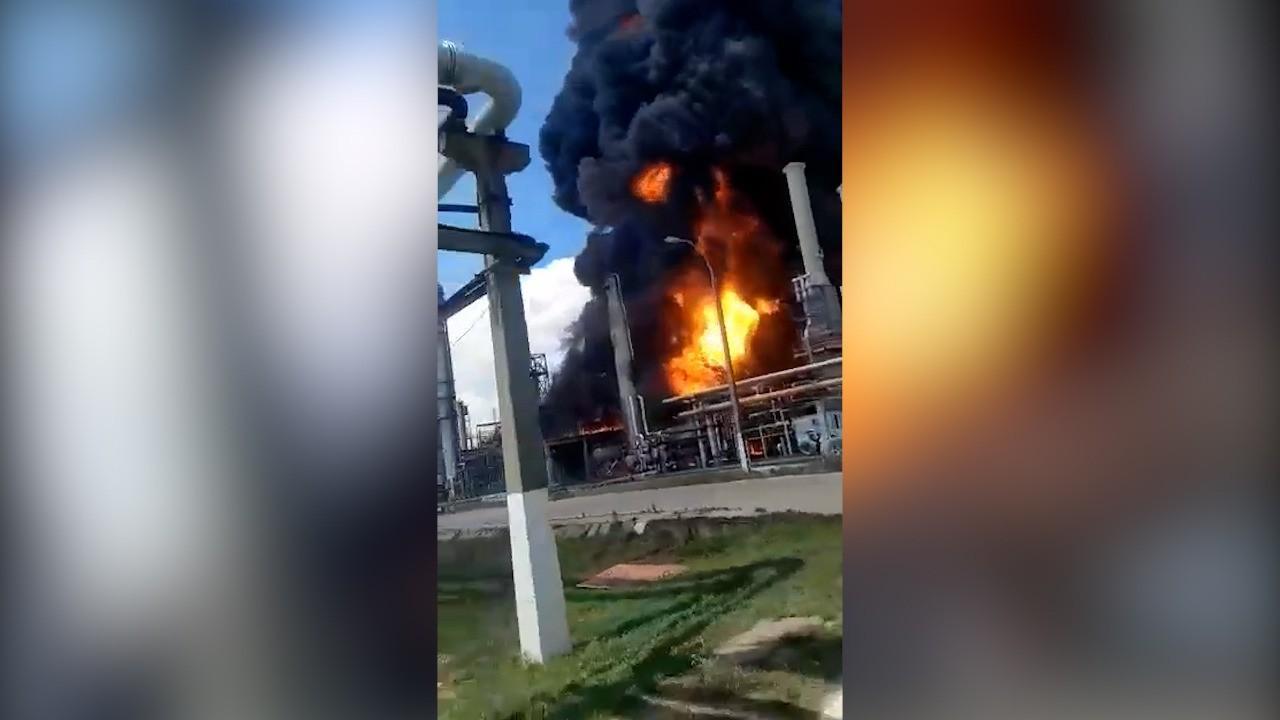 """Imagini filmate de angajați în interiorul Rafinăriei Petromidia după explozie: """"Dă-i mai repede că murim aici. Dă-i în faţă"""""""