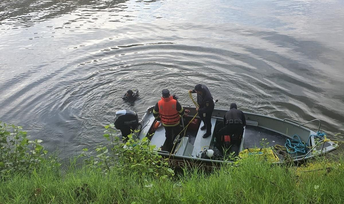 Mașina căzută în Dunăre, găsită de scafandri. Bărbații rămași captivi în autoturism au fost scoși din apă decedați