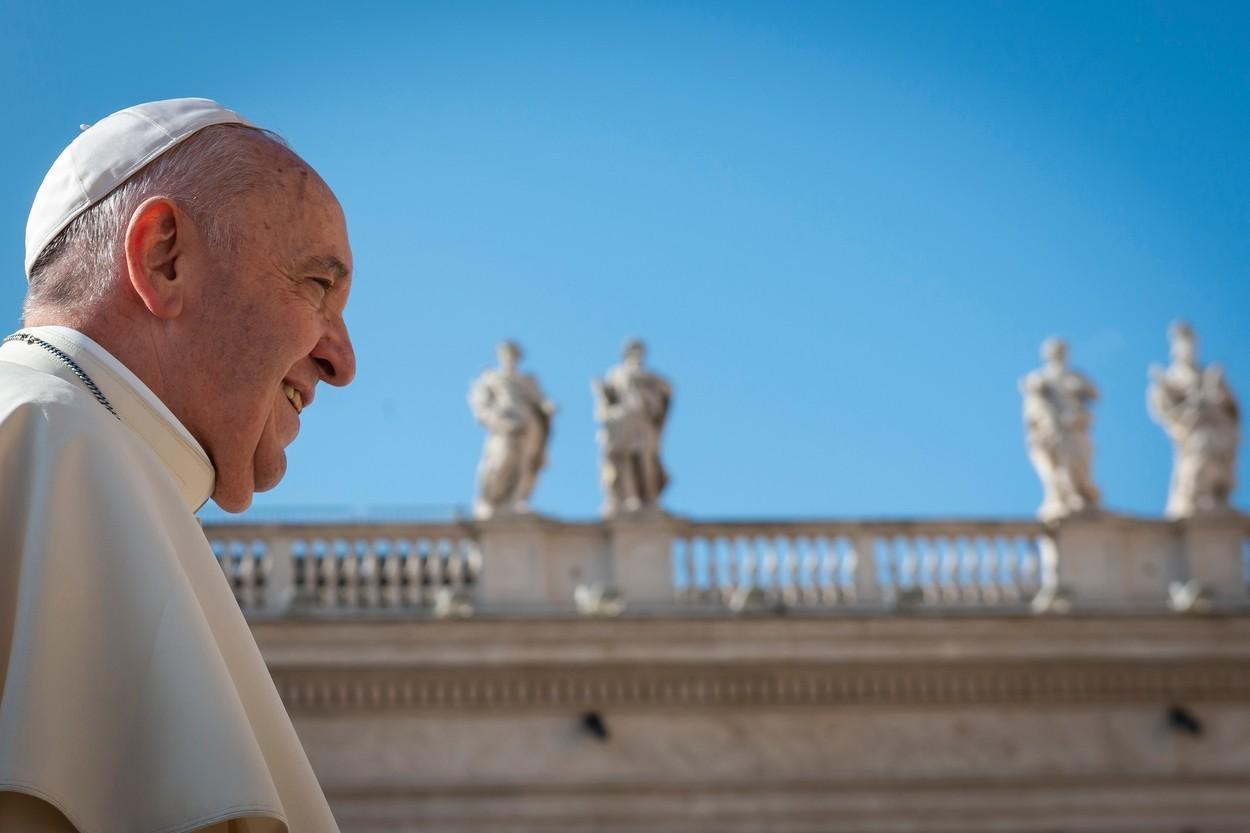 """Papa Francisc a fost internat la un spital din Roma pentru o """"operaţie programată"""" la colon"""