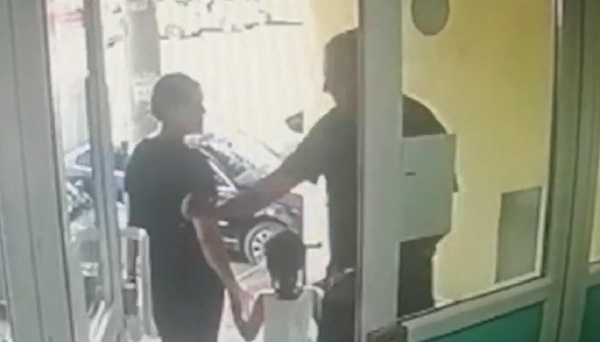 Bărbatul care şi-a lovit o vecină cu pumnul, într-o scară de bloc din Bucureşti, a fost arestat preventiv