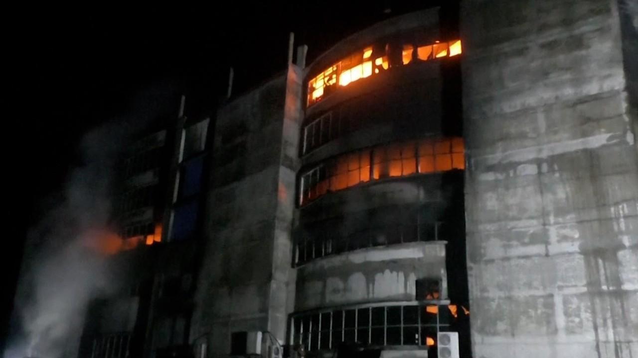 Cel puţin 43 de morţi și 30 de răniţi într-un incendiu la o fabrică în Bangladesh. Muncitorii au sărit pe geam. VIDEO