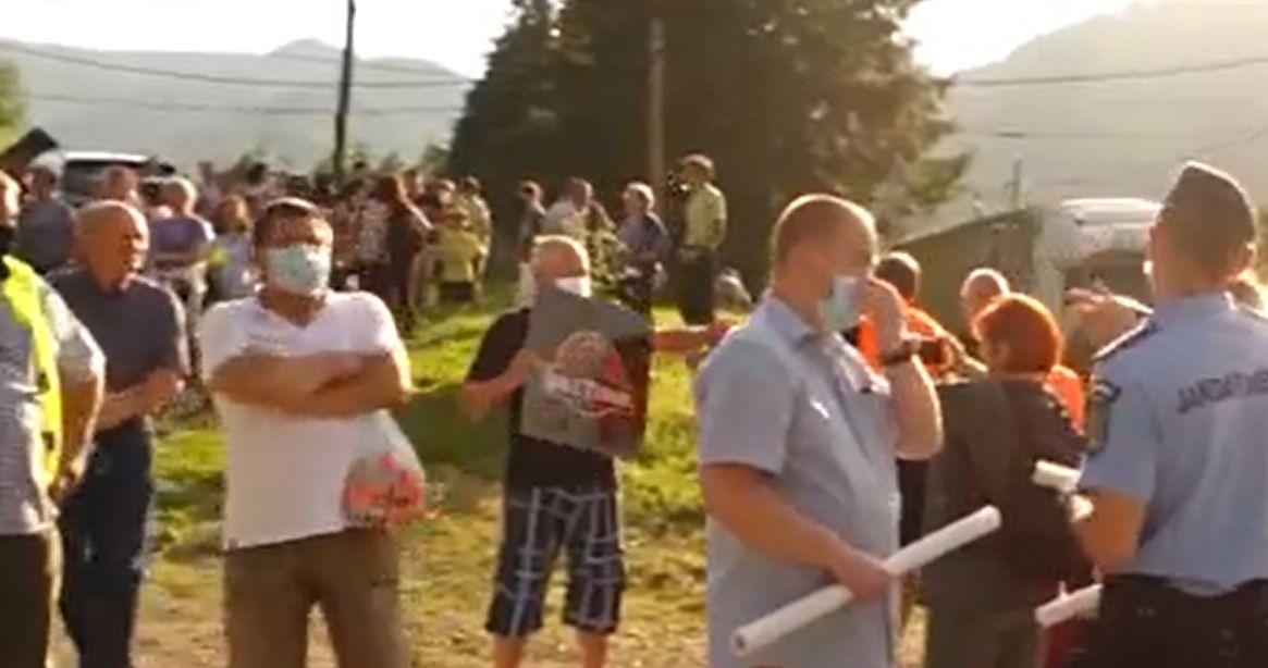 Sute de oameni au protestat la Băile Tuşnad pentru a atrage atenţia autorităţilor în privinţa urşilor care le intră în curţi şi case