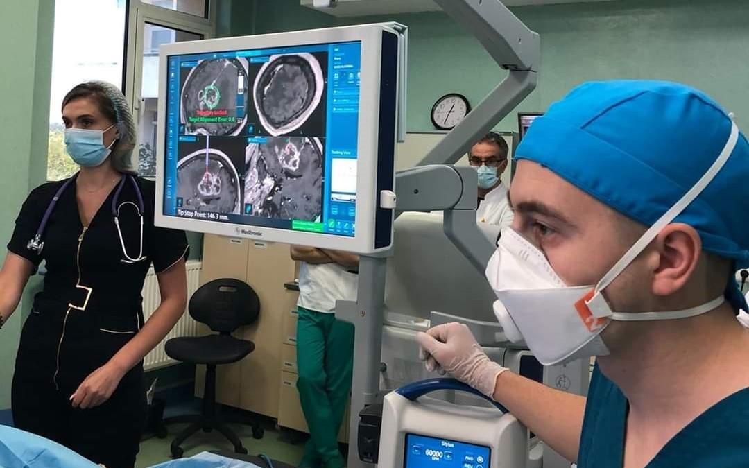 """Operație pe creier, realizată în premieră în România: """"Neurochirurgul doar trebuie să apese un singur buton"""""""