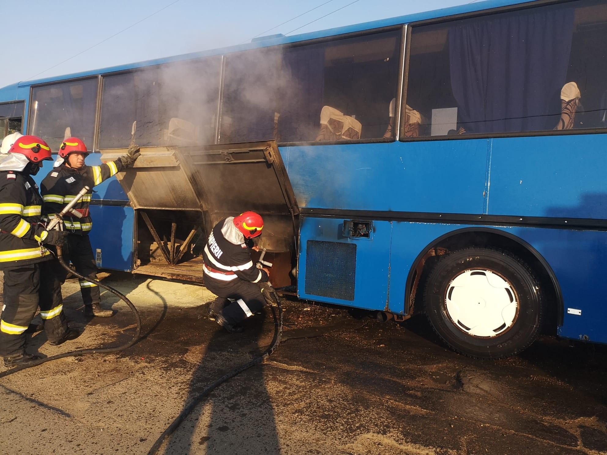 Un autocar plin cu copii a luat foc pe un drum din Botoşani