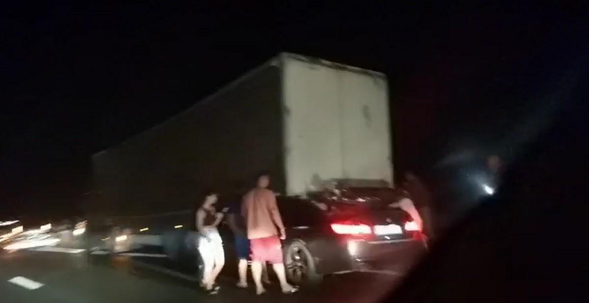 BMW cu volan pe dreapta, strivit sub TIR şi târât sute de metri pe Autostrada Soarelui. Şoferul a murit pe loc
