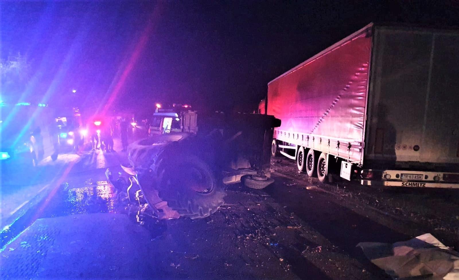 Carambol teribil între un tractor, o maşină şi un camion, pe un drum din Olt. Unul dintre şoferi a murit
