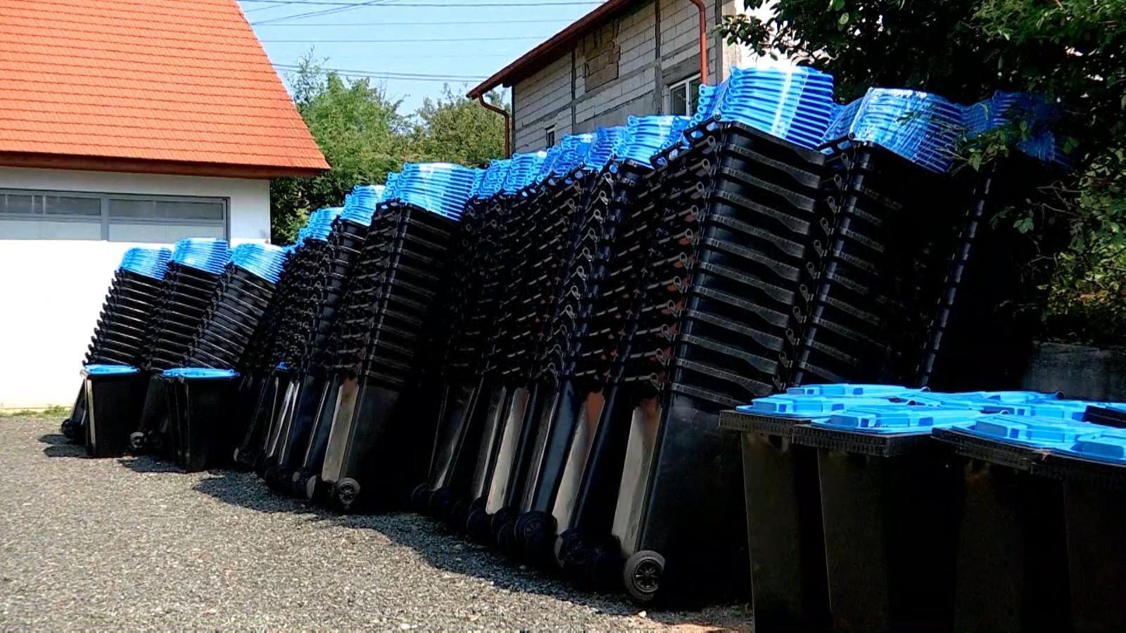 Peste 1.500 de pubele, depozitate în curtea uneii primării din Maramureş. Oamenii nu sunt interesaţi să vină să şi le ridice