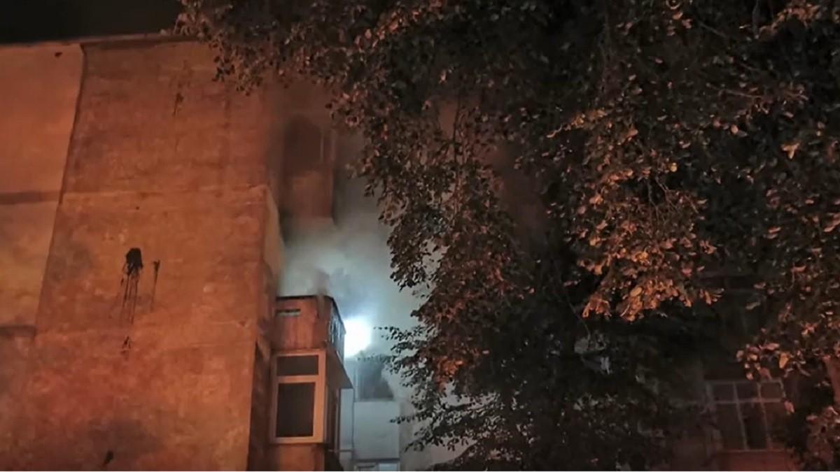 Atac de panică, persoane evacuate şi degajări mari de fum, după ce bunurile depozitate pe balcon, de un bărbat din Botoşani, au luat foc