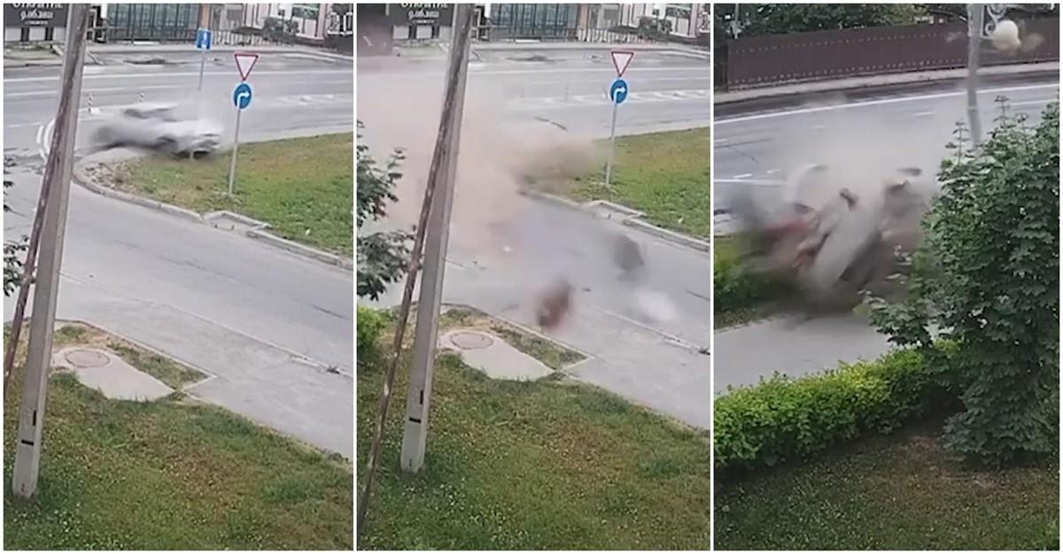 Momentul dramatic în care o Toyota se rupe în două, după ce loveşte cu viteză un stâlp, pe un drum din Rusia - VIDEO