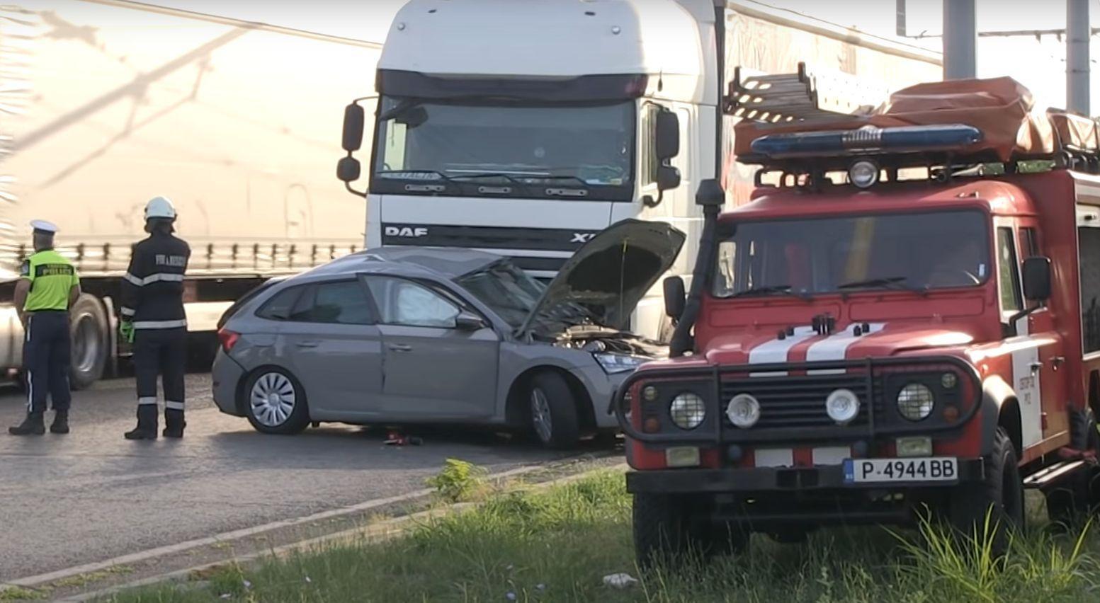Maşină din România, izbită în plin de un TIR românesc, la Ruse. Femeia din Skoda şi un băiat de 15 ani au murit pe loc