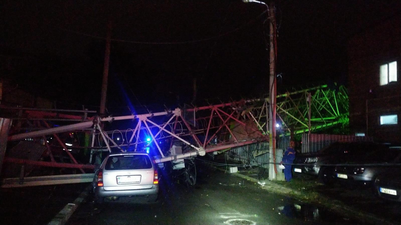 """A fost prăpăd în Bucureşti: o furtună apocaliptică """"a măturat"""" Capitala. O antenă GSM a căzut peste două case"""