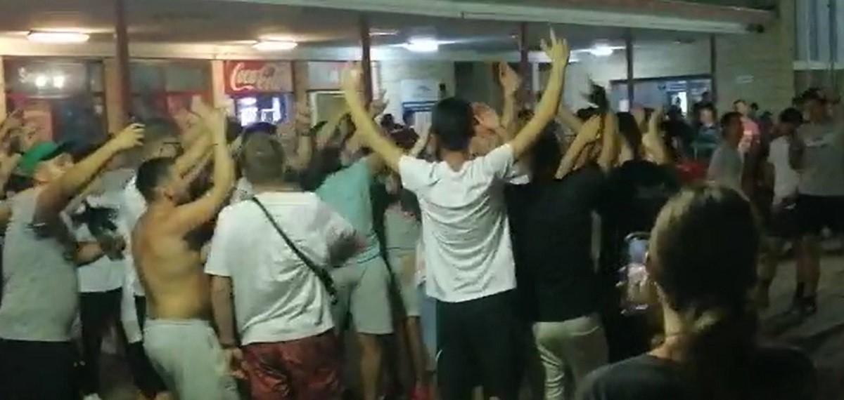 Zeci de tineri au dansat şi s-au distrat în gara din Constanţa, chiar dacătrenul a avut o întârziere de peste două ore