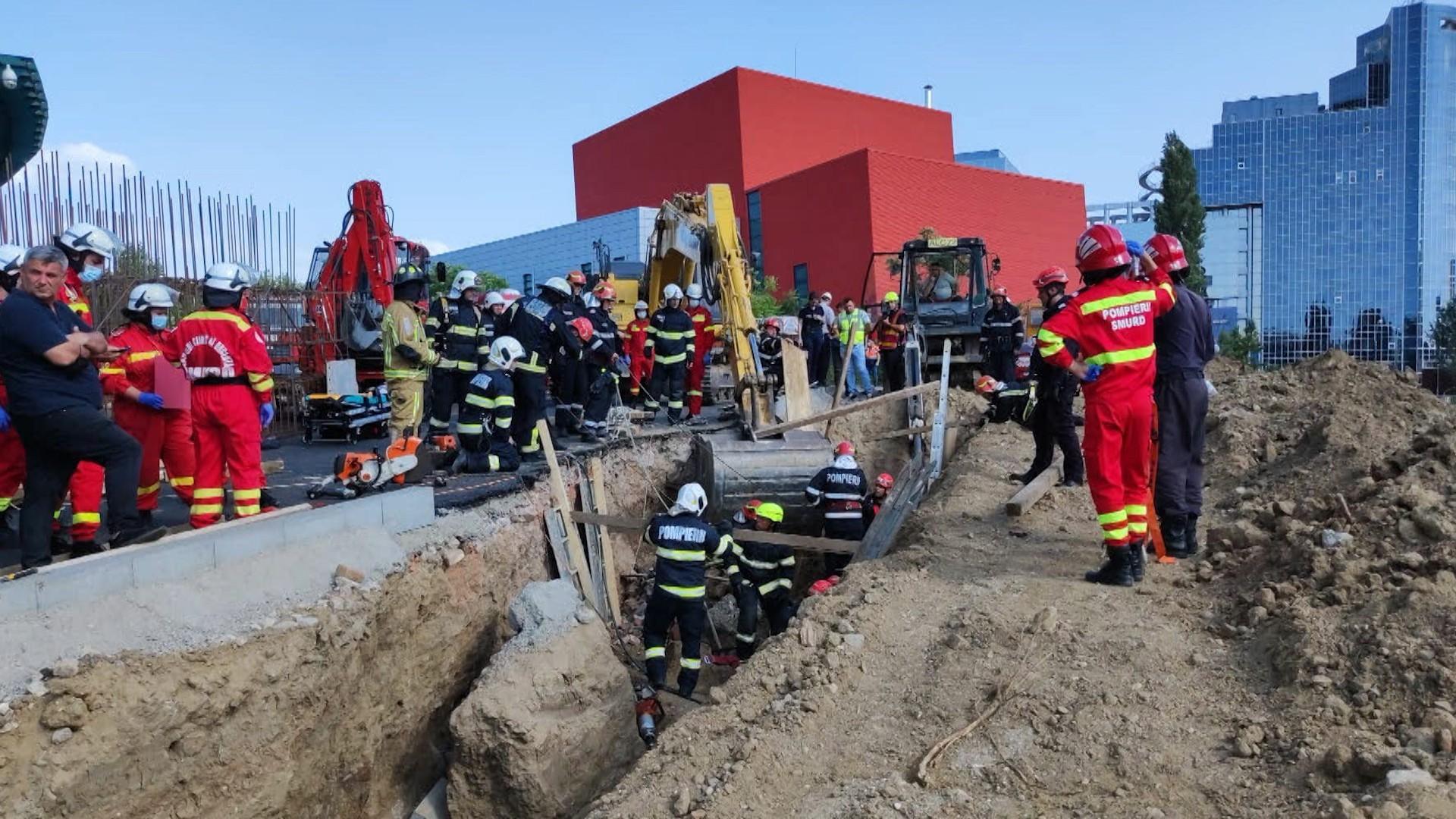 Accident grav pe un șantier din Capitală. Un mal de pământ s-a prăbușit peste mai mulți muncitori. Două persoane au fost găsite moarte. FOTO și VIDEO