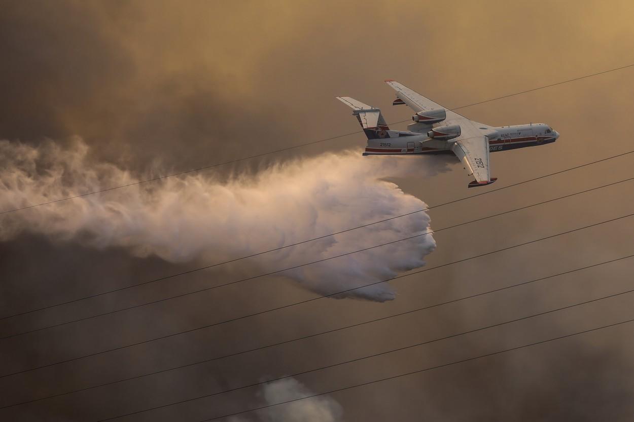 Atena, amenințată de flăcări. Două suburbii au fost evacuate în urma unui incendiu care a ars mai multe case. VIDEO