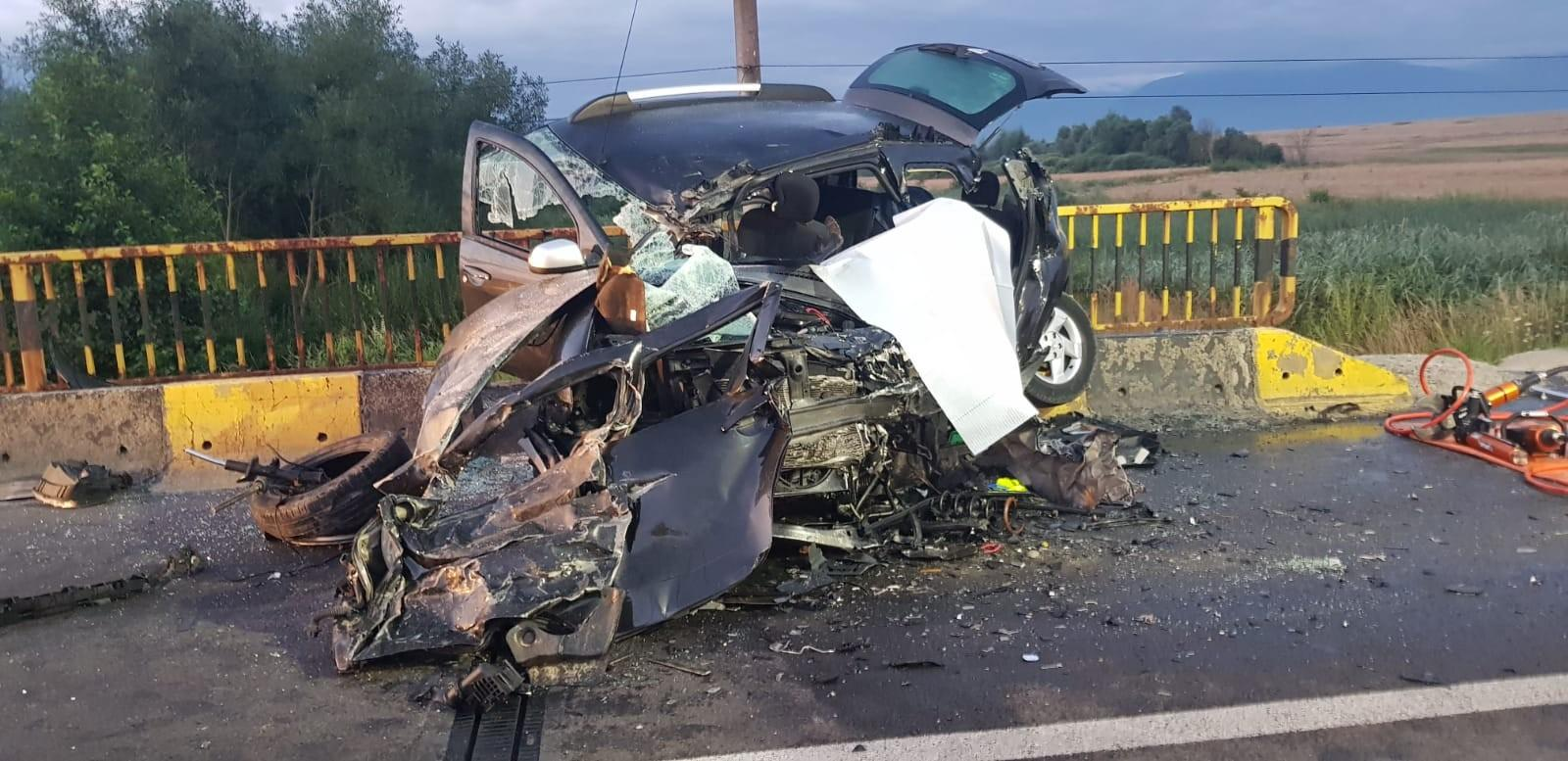 Mașini făcute praf într-un accident mortal pe DN1, la Brașov. Doi oameni au murit, alți patru au ajuns la spital