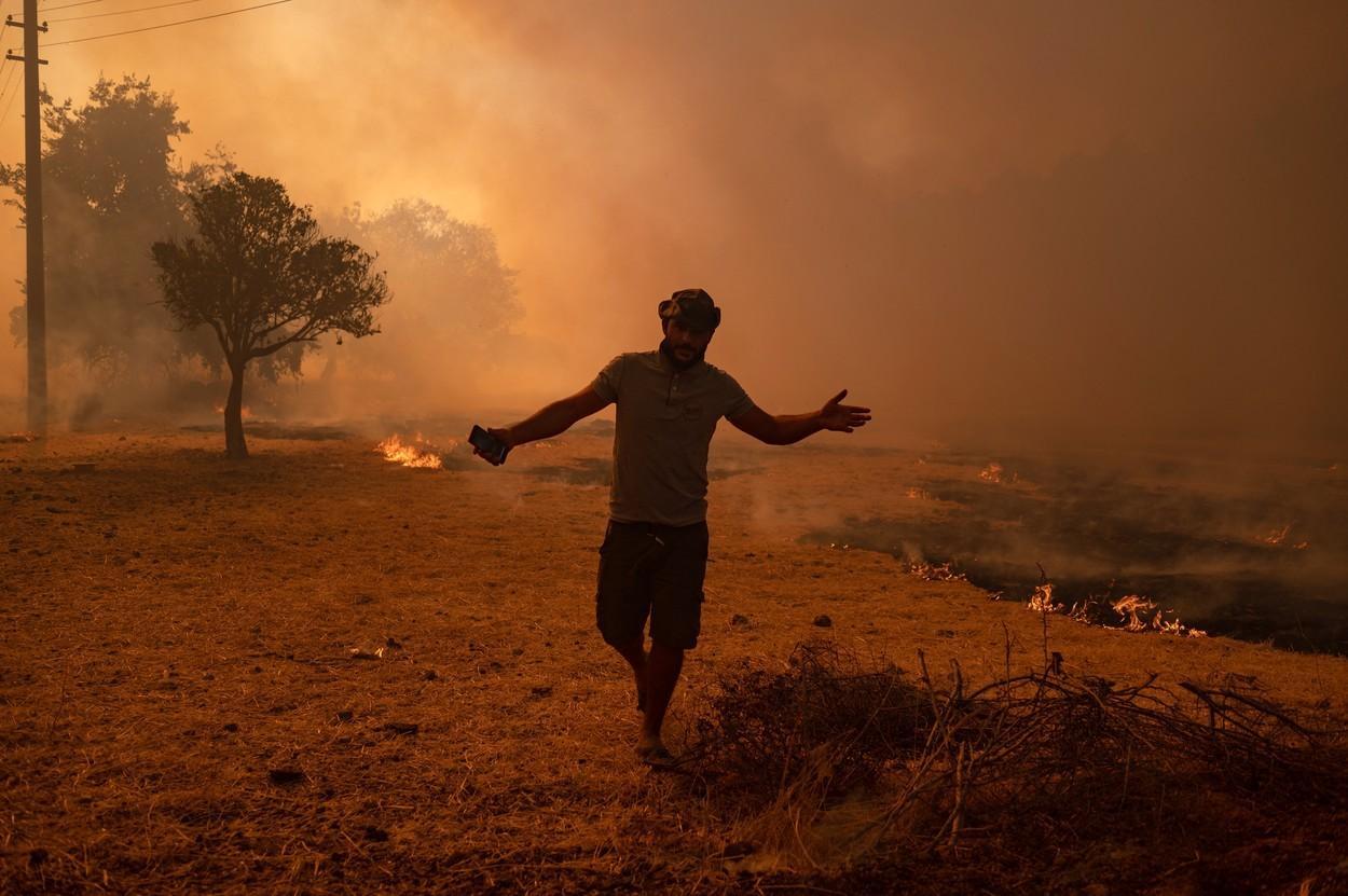 """Sudul Europei arde. În Grecia, flăcările se apropie de Atena, disperare în Turcia: """"Ne ard casele și pădurile"""""""