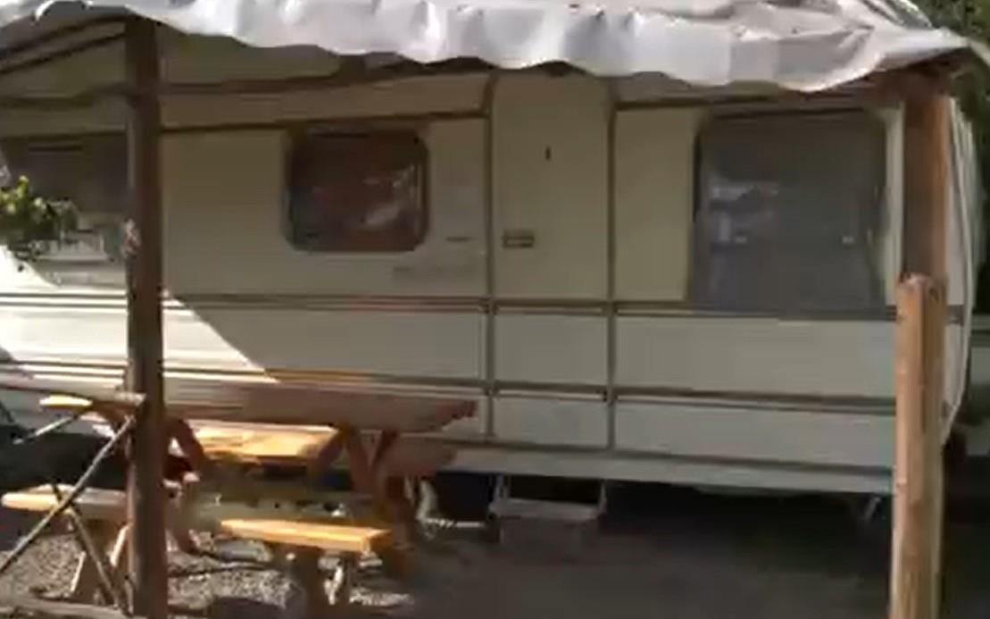 """Vacanță la rulotă, ideea de succes a unui cuplu din Bihor. Cei doi şi-au investit economiile în 18 """"case pe roţi"""" aduse din Franţa"""