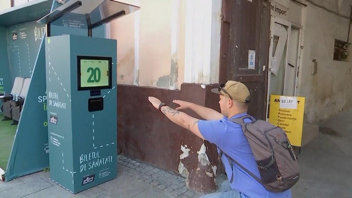 Faci sport, primeşti gratuit bilet de autobuz. Clujenii au făcut peste 1 milion degenuflexiuni în faţa unui automat