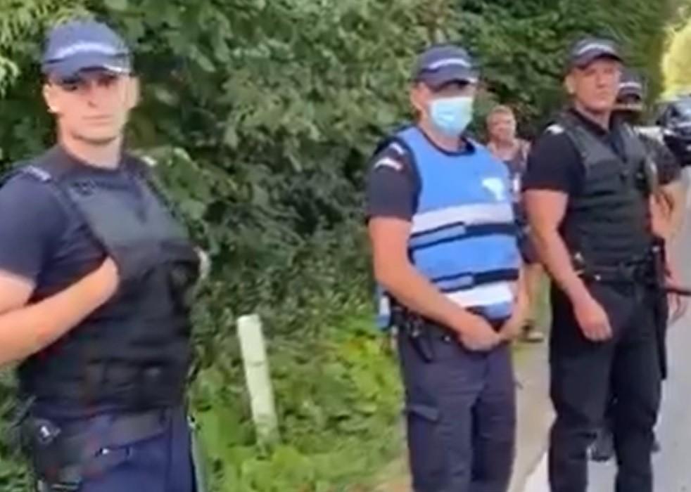 """Scandal cu mascați în Telciu. Localnicii, furioși că tarifele furnizorului de apă potabilă sunt mari, la un pas să-l """"linșeze"""" pe directorul firmei"""