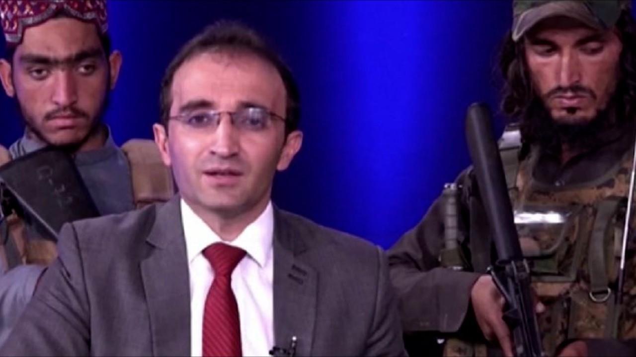 VIDEO. Un prezentator TV afgan, înconjurat de opt talibani înarmați, transmite îngrozit un mesaj populației. Militanții au dat buzna în platou cu puști de asalt