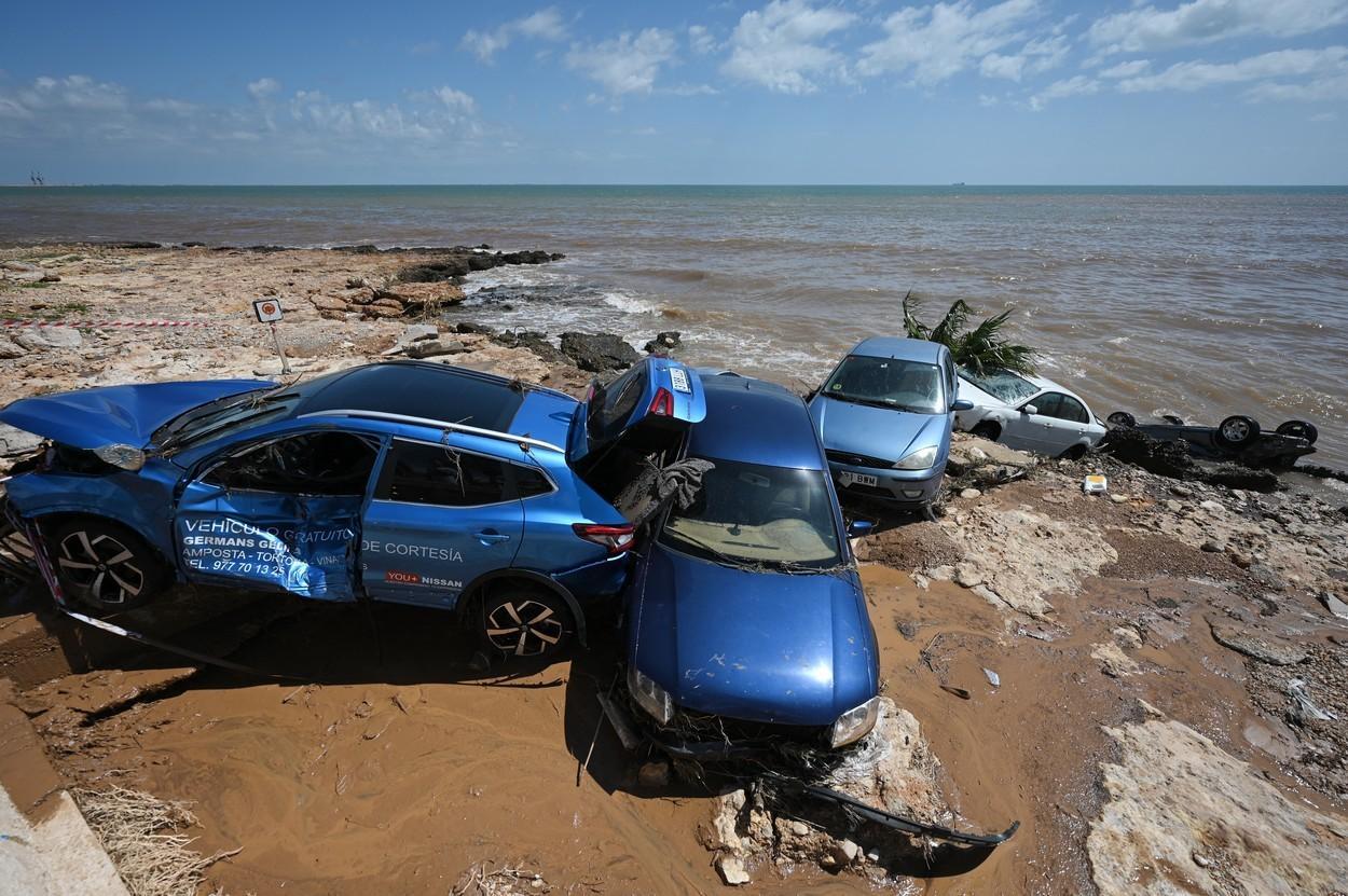 """""""A fost ca un tsunami"""". Mașinile luate de viitura care a lovit Alcanar, Spania au ajuns în mare. Amploarea dezastrului. VIDEO"""