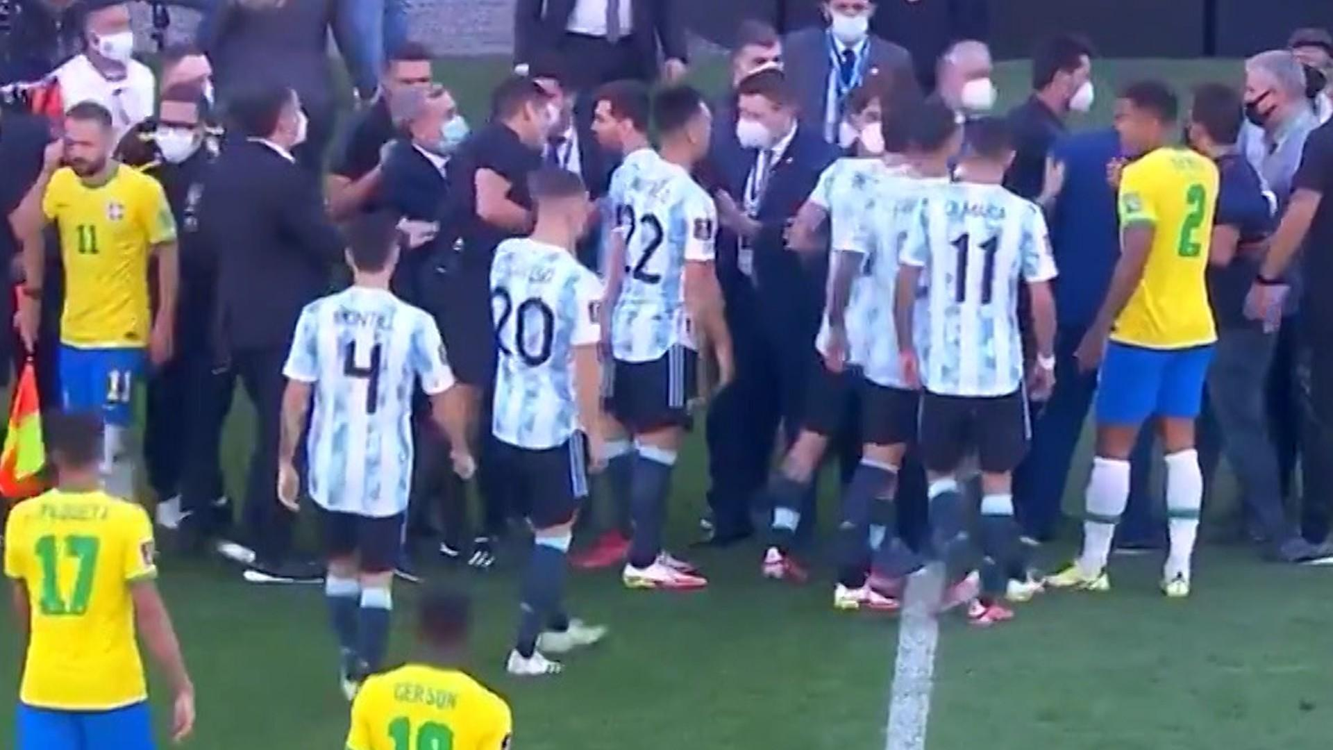 Derby-ul Brazilia - Argentina a fost suspendat după ce autorităţile medicale au intrat pe teren. Patru jucători argentinieni nu au respectat carantina - VIDEO