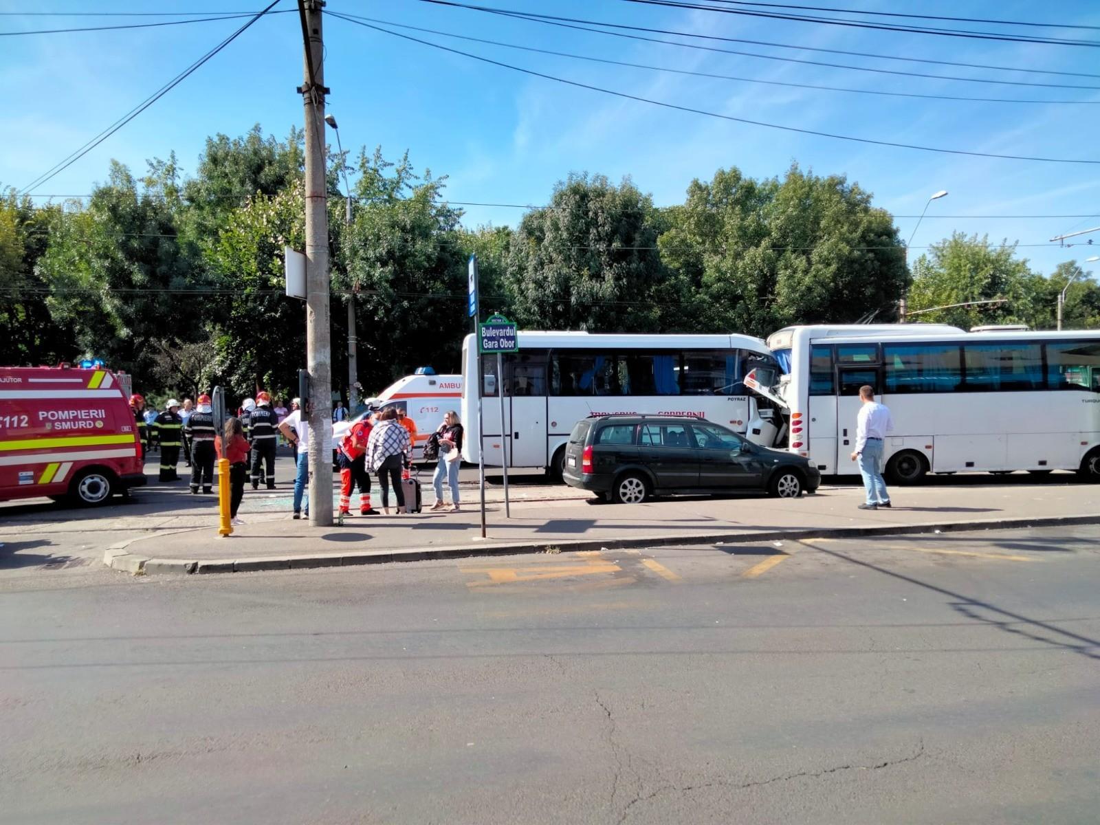 Un şofer de autobuz a făcut infarct la volan şi a provocat un accident, în Capitală. 10 oameni au ajuns la spital