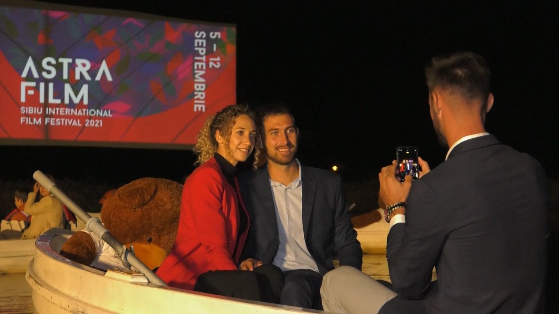 Cu barca la film: Spectatorii Festivalului de Film Documentar ASTRA au vâslitlaunison spre locul special amenajat pentru proiecţii