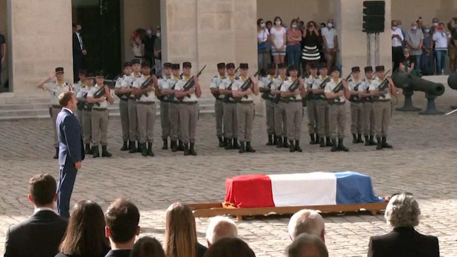 Franţa şi-a luat rămas-bun de la Jean-Paul Belmondo. Macron, discurs emoţionant lângă sicriu, la Domul Invalizilor din Paris