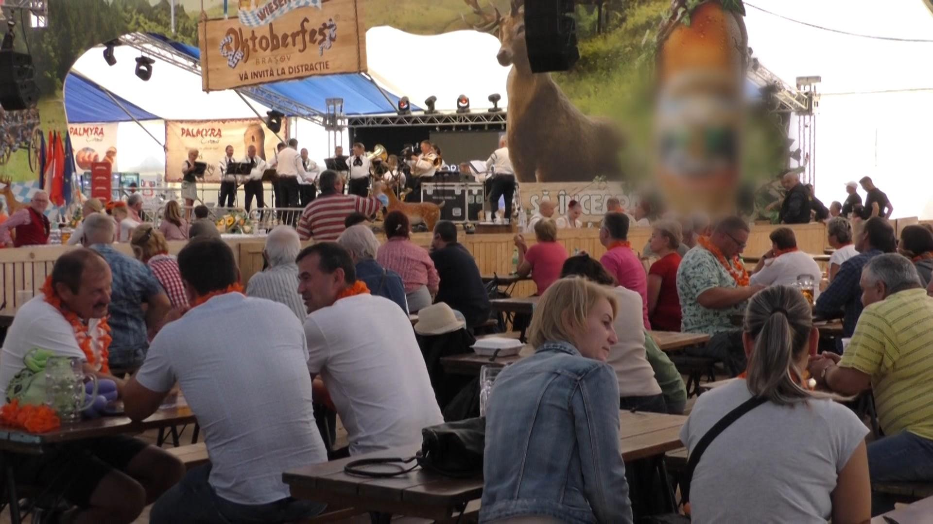 100.000 de persoane, jumătate faţă de cât se aşteptau organizatorii, au participat la Oktoberfest, în Brașov. Berea și carnea de struț, vedetele festivalului