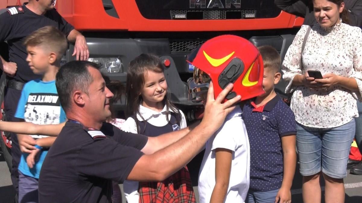 Demonstraţii pentru copii și multă dragoste, de Ziua Pompierilor. La Ștei, comandantul staţiei și-a cerutiubita în căsătorie