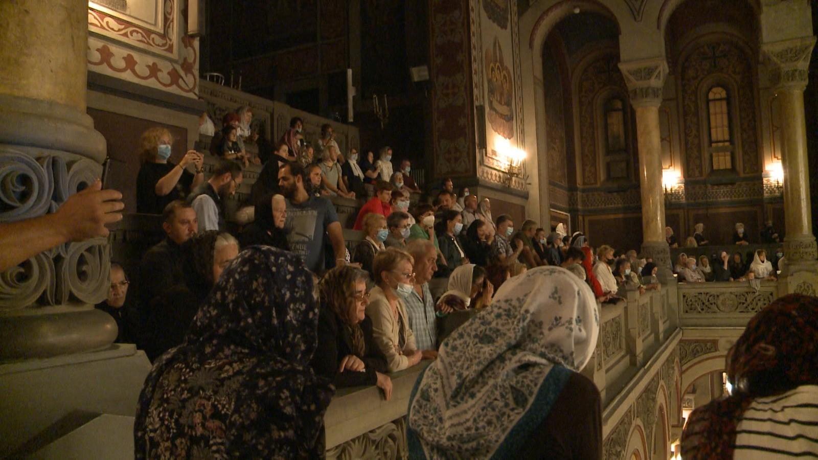 """Mii de credincioşi s-au adunat la procesiunea de la Timişoara, pentru a se închina la moaştele Sfântului Iosif. """"Mi-a salvat viaţa"""""""