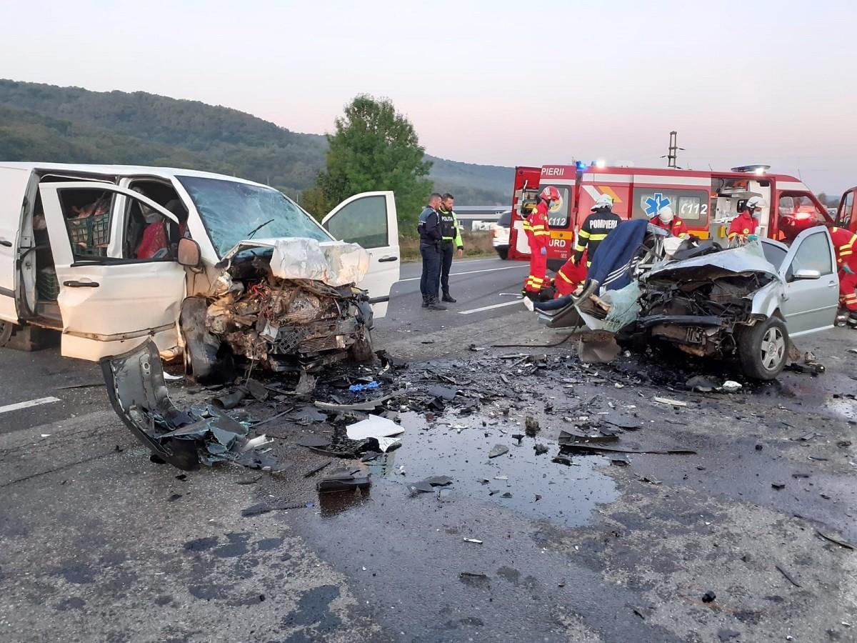 Dezastru pe o șosea din Cluj. Doi șoferi au murit pe loc, după ce unul dintre ei a intrat cu mașina pe contrasens, lângă Căpușu Mare