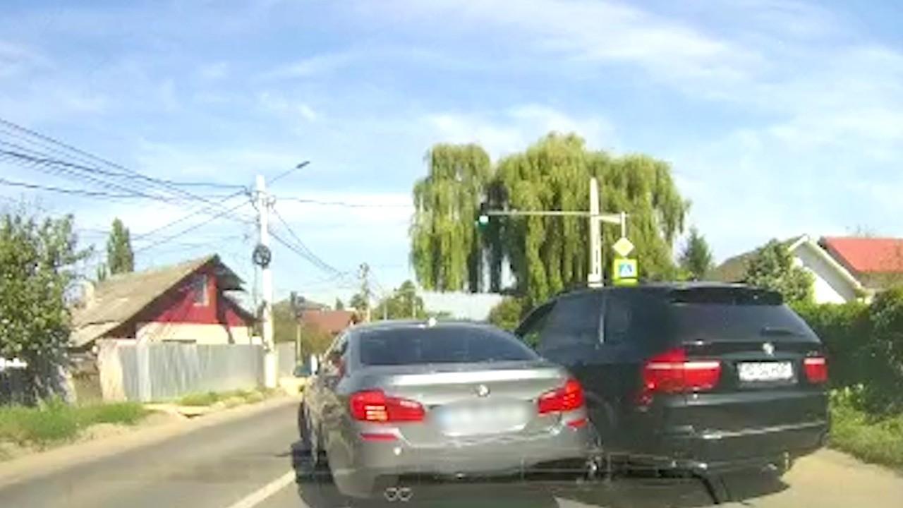 """Momentul în care şoferul unui bolid loveşte maşina în care se afla fosta iubită pe un drum din Iaşi: """"Autorităţile nu fac nimic"""""""