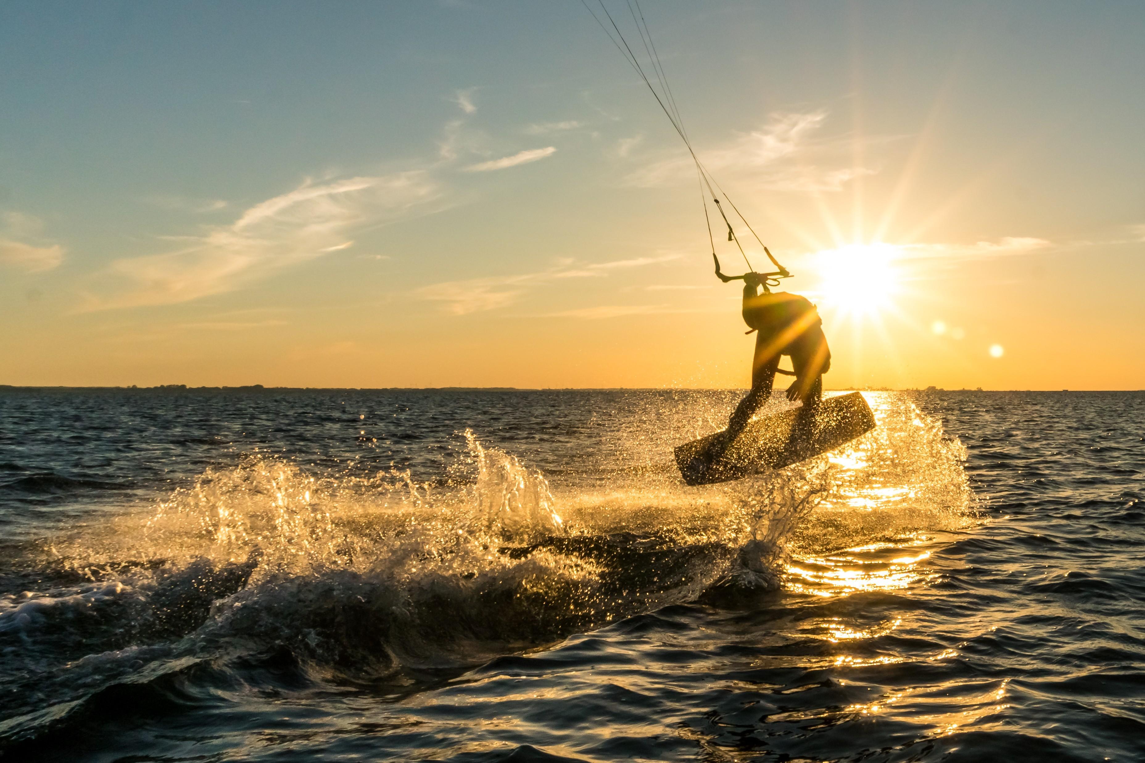 Kitesurfing-ul, tot mai popular în România. La Mamaia, pasionații acestui sport au făcut un adevărat spectacol, printre valuri