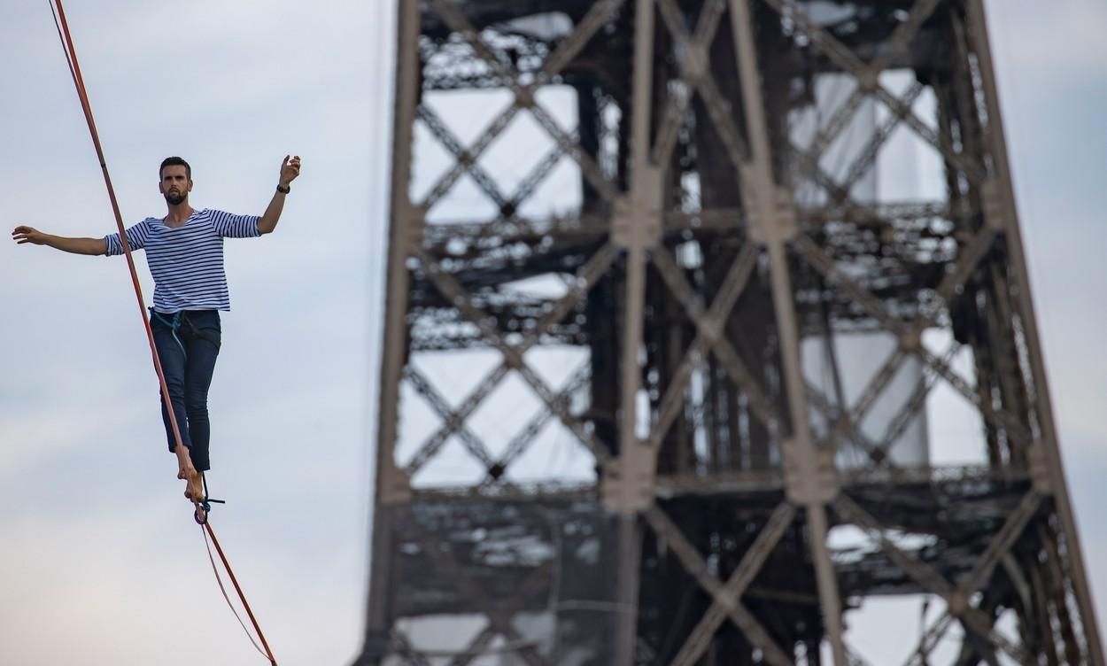 VIDEO. Imagini care îţi taie răsuflarea. Un francez traversează malurile Senei, pe o coardă, la 70 de metri înălţime