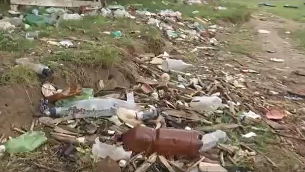 Mii de voluntari au strâns munţii de gunoaie lăsaţi în urmă de turiştii nepăsători: ''Oamenii nu ştiu să respecte natura''