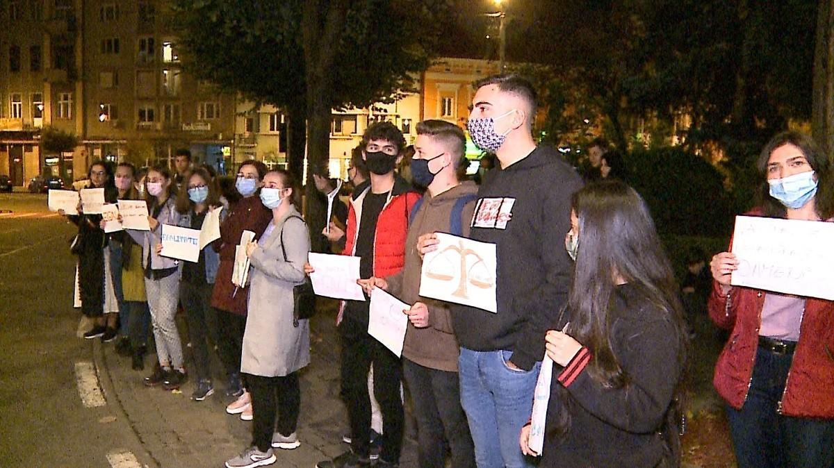 An universitar început cu proteste, la Târgu Mureș. Ca să participe fizic la cursuri,studenții de la UMF suntnevoiți să se vaccinezeori să se testeze săptămânal