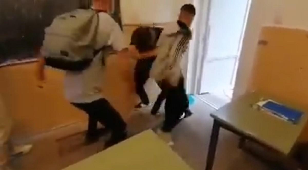 """Elev din Arad, lovit fără milă de alţi băieţi, în clasă. Colegii încurajează şi filmează bătaia: """"Direct, dă-i! La box, cum v-am învățat eu"""""""