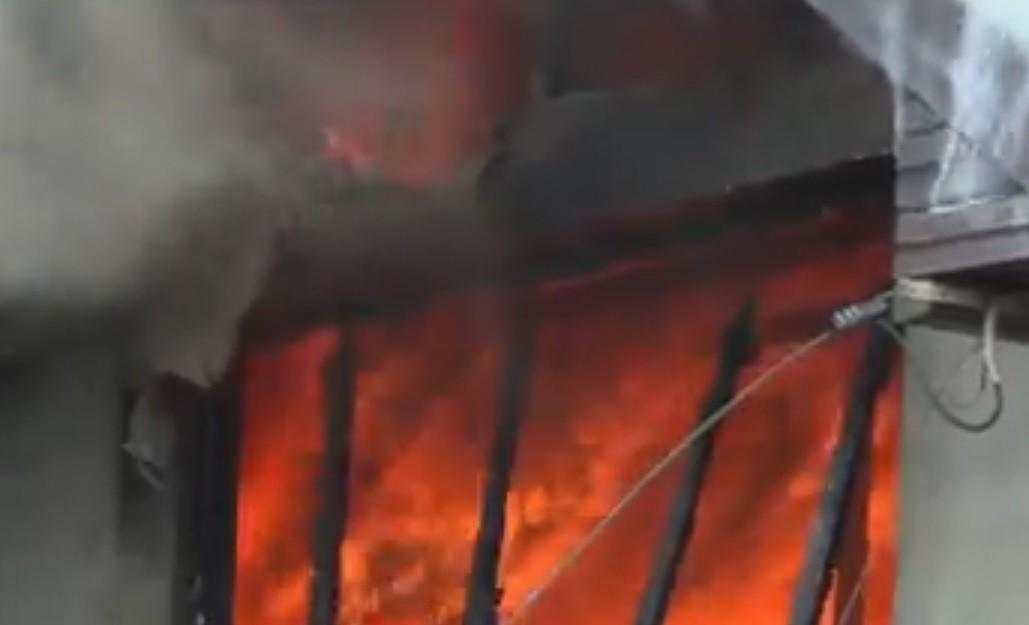 Fetiţele cu chibrituri: două case, distruse de flăcări în prag de iarnă după joaca a două copile de 9 şi 11 ani. Poliţia le va audia
